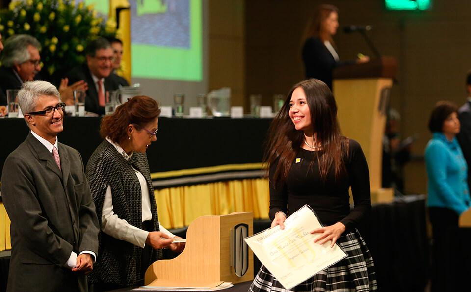 Foto uniandina con diploma