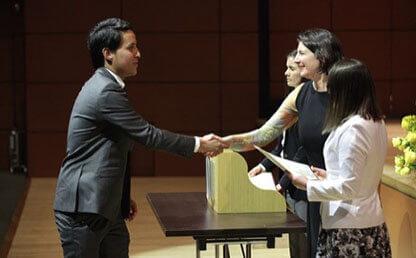 Estudiante recibe diploma de mano de Ana Maria Ibanez