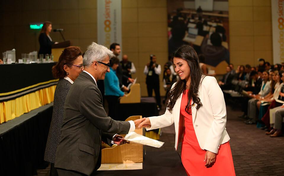 Foto Estudiante uniandina recibiendo diploma