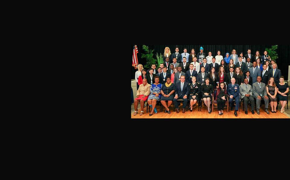 grupo de estudiantes sentados en cumbre de liderazgo hesselbein
