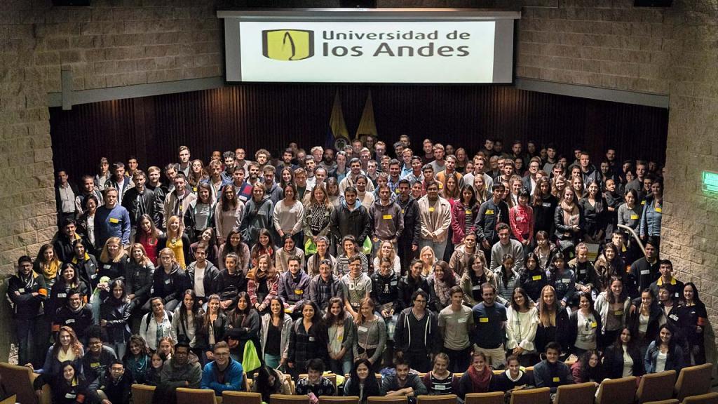 Grupo de estudiantes extranjeros que cursan maestrías o pregrados en la Universidad de los Andes.