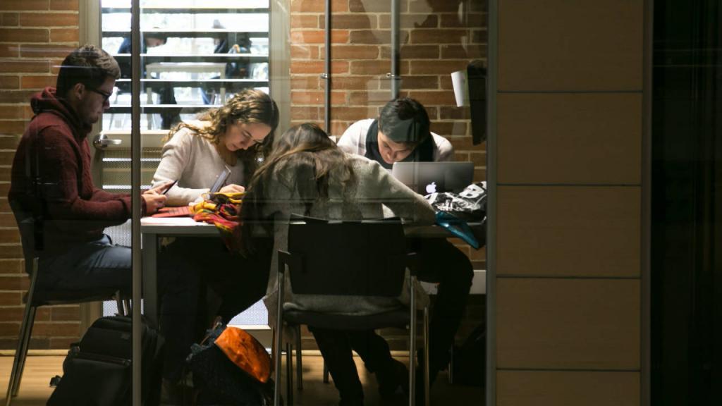 Estudiantes en sala de lectura