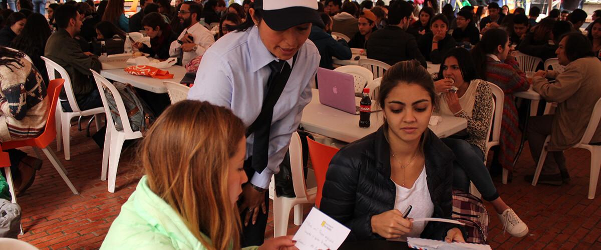 Estudiantes reciben cartas de agradecimiento escritas por beneficiarios del Fopre.
