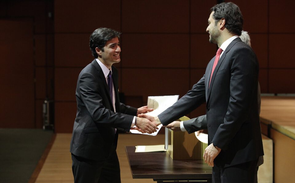 joven de corbata morada estrecha la mano de un hombre de corbata roja