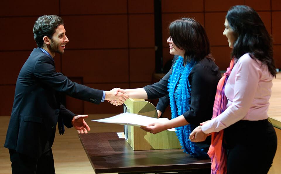 foto estudiantes recibiendo diplomas