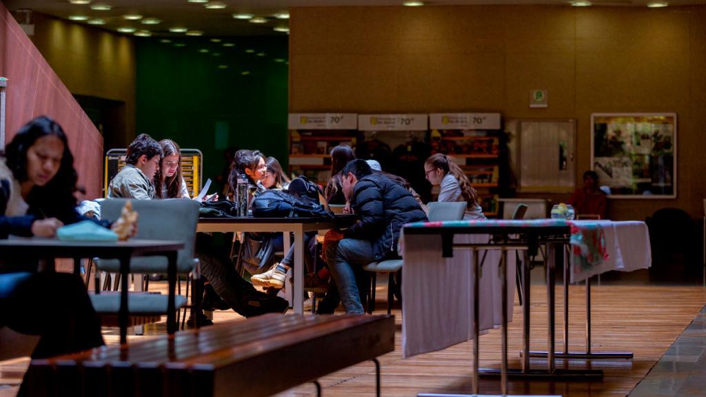 Estudiantes leyendo en una mesa.