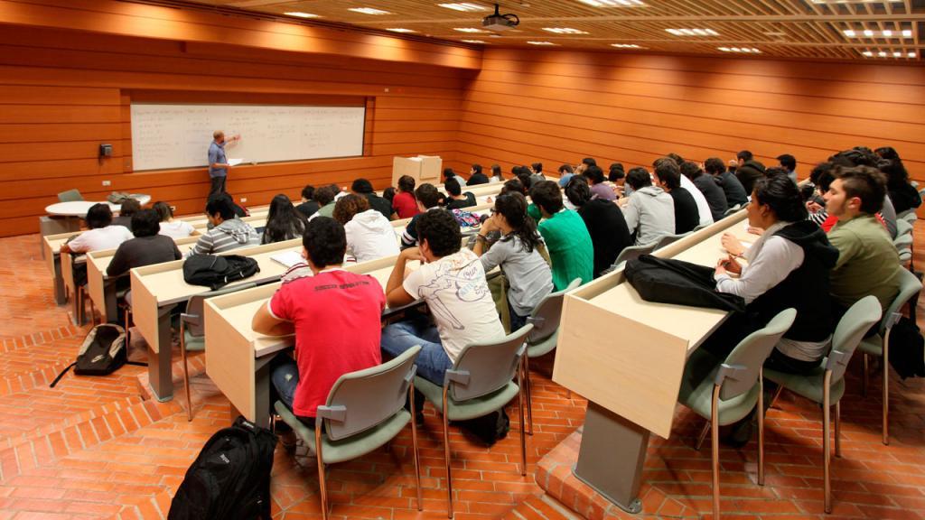 Estudiantes tomando clase