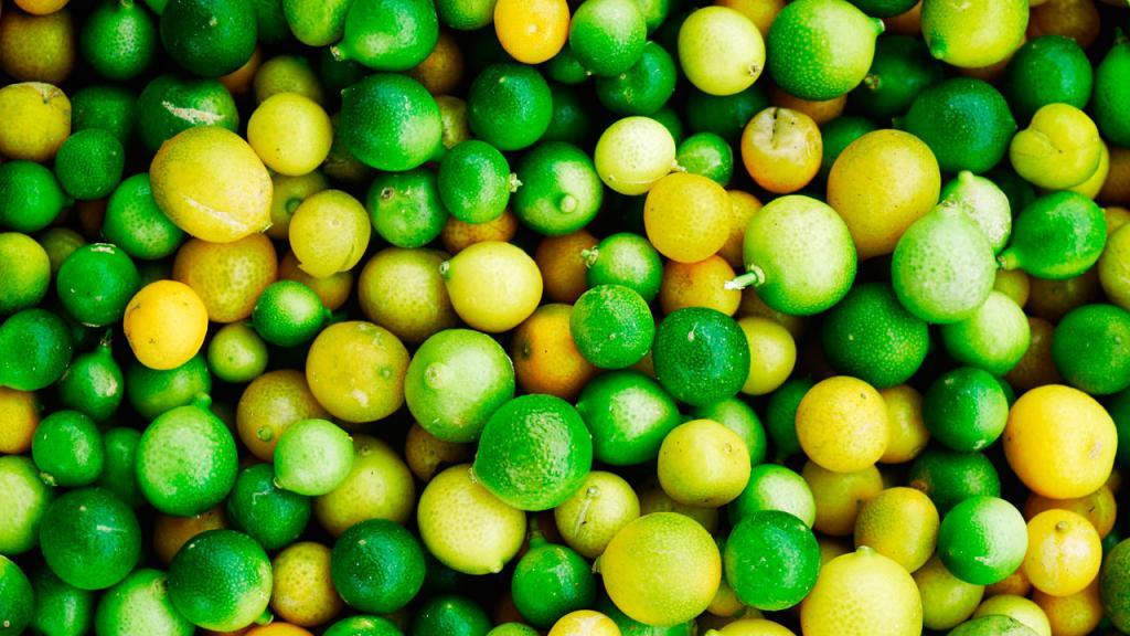 Limones amontonados después de la cosecha.