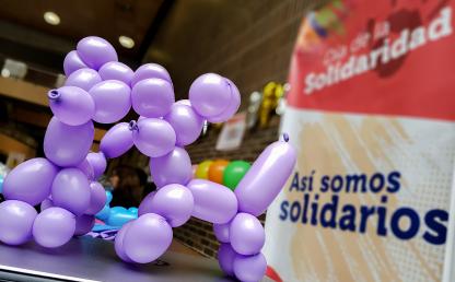 Figuras en globo con afiche: Día de la Solidaridad