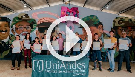 Retrato de excombatientes sostienen un diploma en la mano
