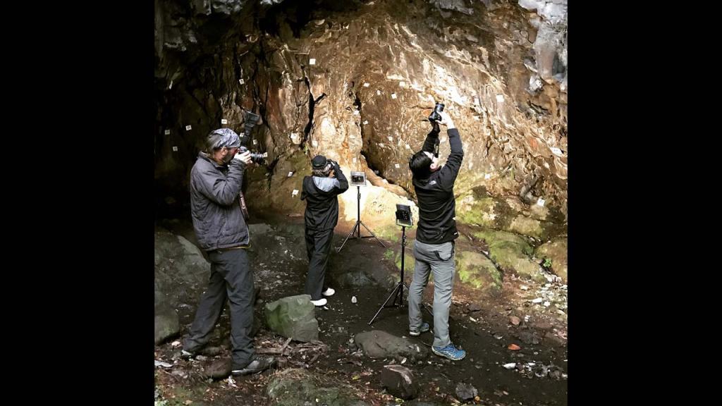Equipo de la expedición tomando imágenes de video, fotografía y fotogrametría. Foto: Dra. Karen Holmberg.