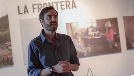 Foto de Lorenzo Morales en la exposición a exposición. Adentro formas de vida en Bogotá