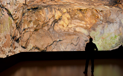 Hombre ve una exposición virtual de una exposición geológica.