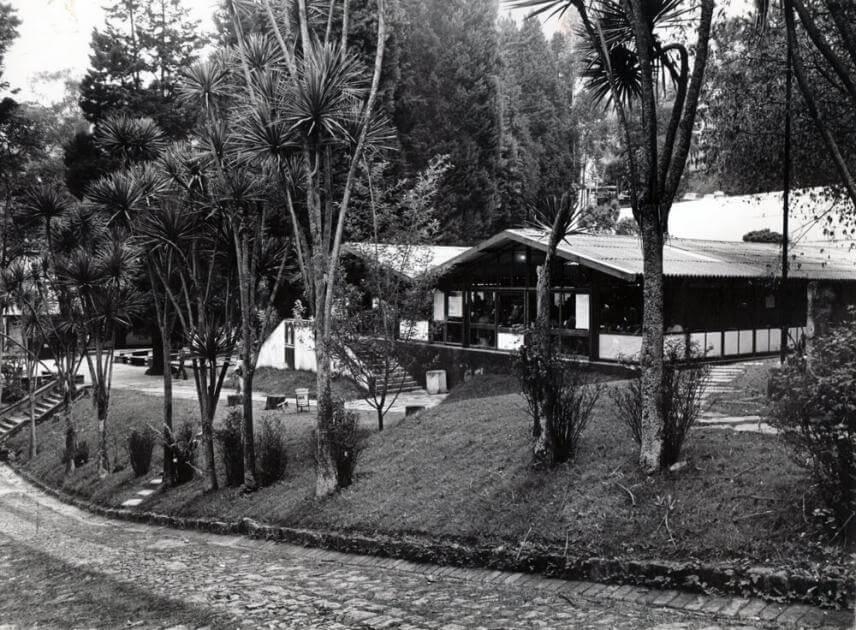 foto antigua en blanco y negro de la fachada de la cafetería central en la universidad de los andes