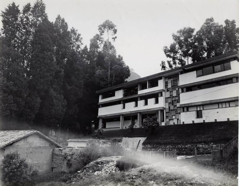 foto antigua en blanco y negro del exterior de un edificio en la universidad de los andes