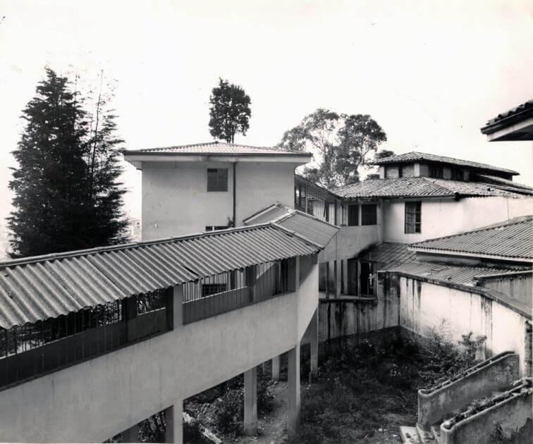 foto antigua de exterior de edificio de Arquitectura en la universidad de los andes