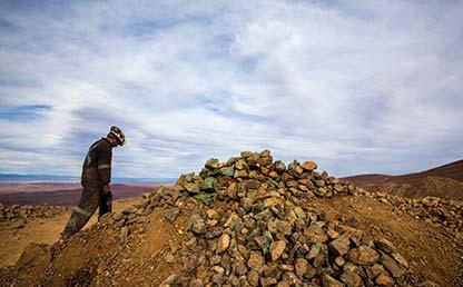 Hombre camina por una mina a cielo abierto.