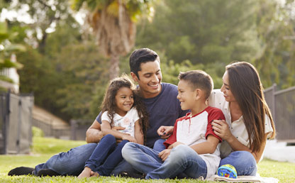 Una Familia disfruta de una zona verde