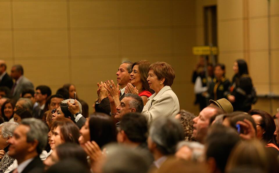 Foto de Familias aplaudiendo graduandos
