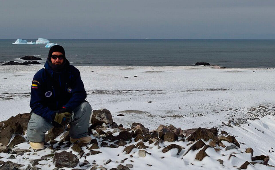 Federico Riet, investigador vestido con traje térmico en un glacial