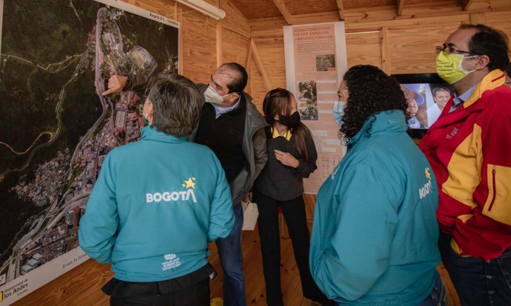 Foto de Maurix Suárez explicando el proyecto Fenicia.