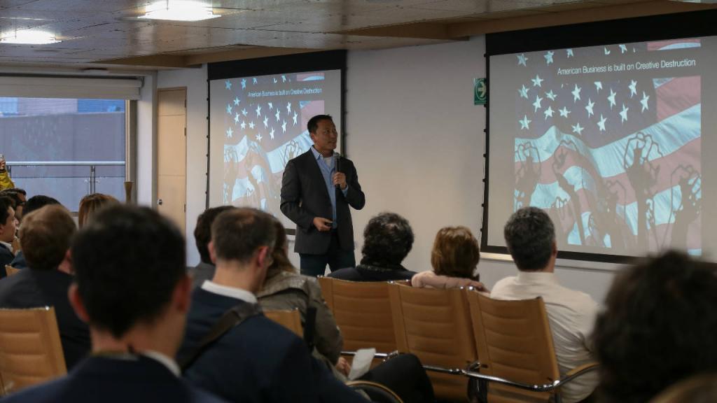 Un hombre ofrece una conferencia en un salón de clase.