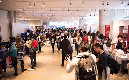 Egresados y estudiantes en la Feria Laboral 2017 Uniandes.
