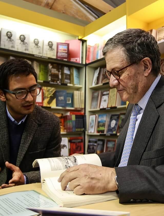 Hombre leyendo libro en Feria del Libro de Corferias en Bogotá.