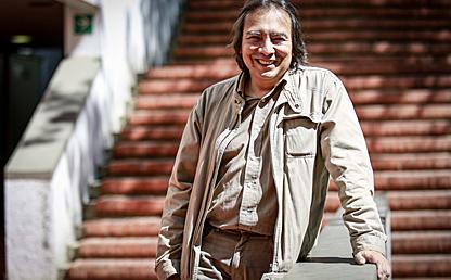 Luis Fernando Cárdenas, profesor del Departamento de Psicología de los Andes, quien recibió el premio al Mérito Científico. Aparece en el campus de la universidad.