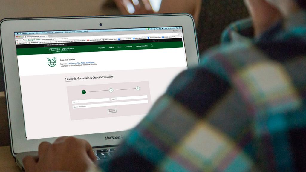 Usuario navegando web Donaciones Uniandes