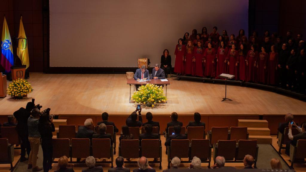 Imagen de Alejandro Gaviria firmando posesión como nuevo rector Universidad de los Andes