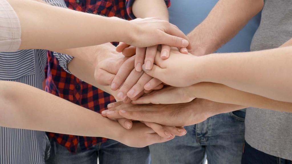 Unas manos sobre otras en símbolo de solidaridad.