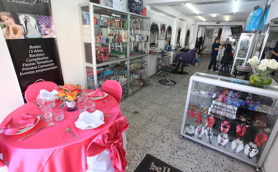 foto de una peluquería, se ve en la parte izquierda de la imagen una mesa con modelo de organización evento