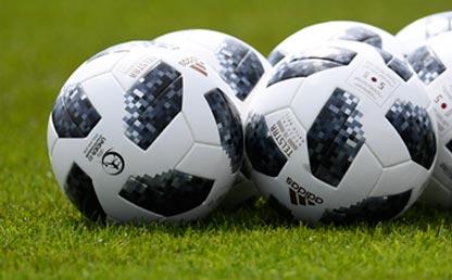 Balones de fútbol en una cancha.