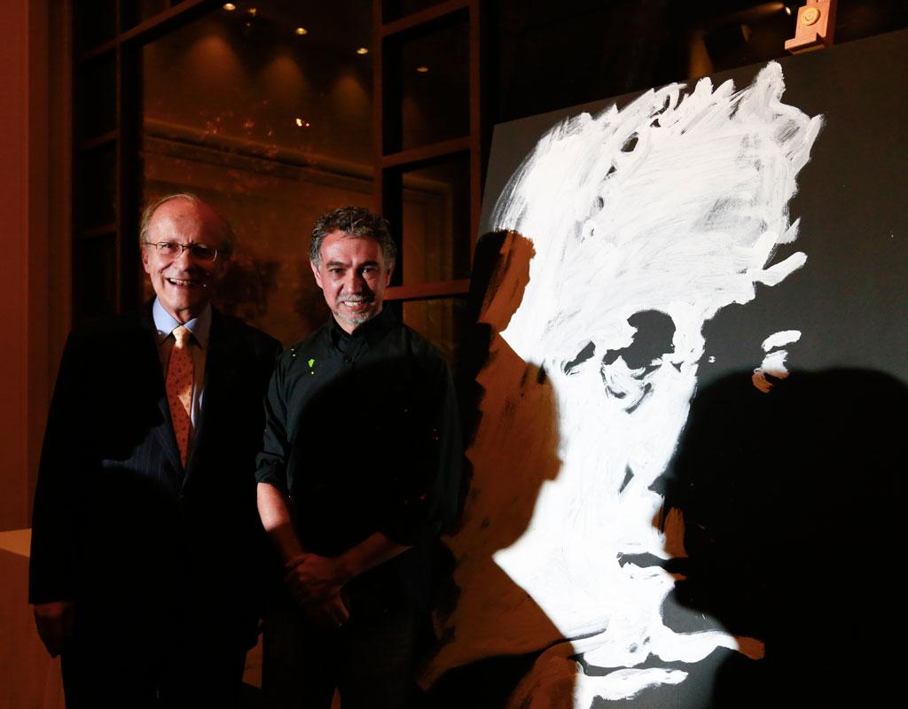 Imagen del profesor Manuel Rodríguez Becerra y el realizador de cuadros en gran formato, José Joaquín Laverde.