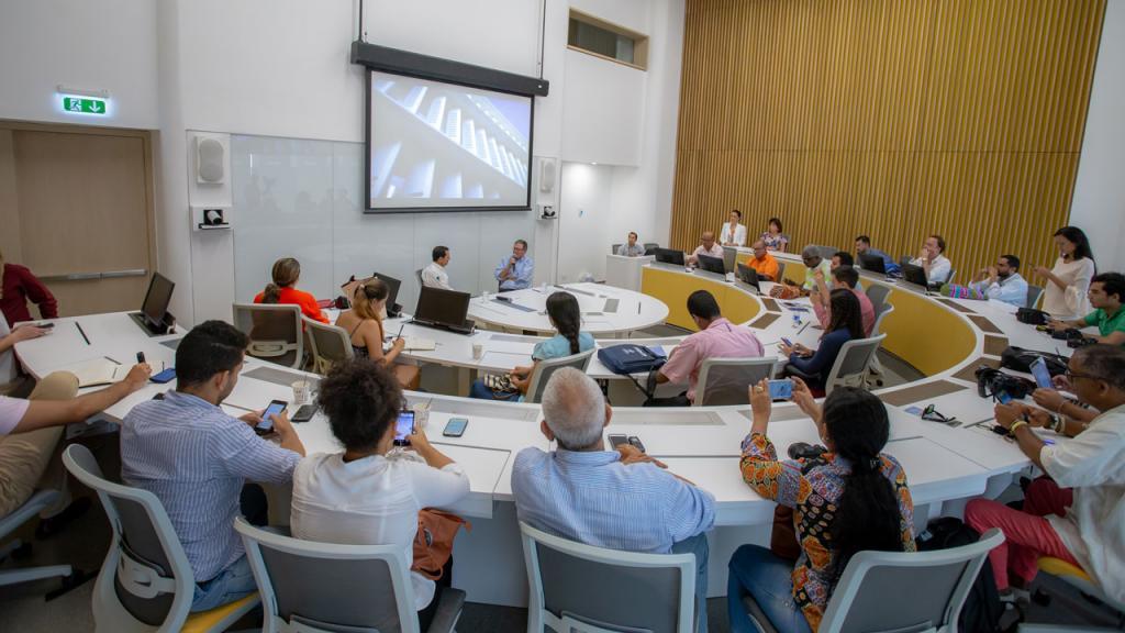 Periodistas sentados en un salón para la rueda de prensa en  inauguración de la sede Caribe de los Universidad de los Andes