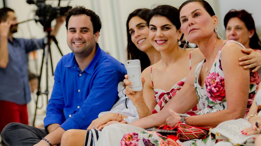 Tres mujeres y un hombre en el público sonríen en la inauguración de la sede Caribe de la Universidad de los Andes.