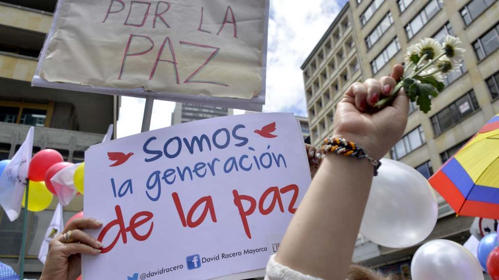 Protesta con carteles que piden paz