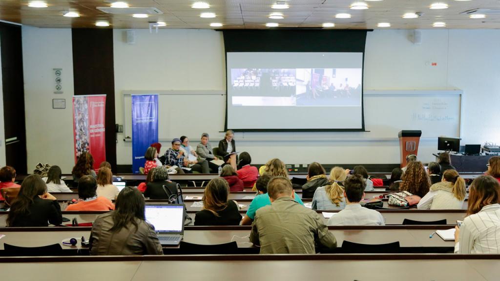 Estudiantes en una conferencia sobre paz