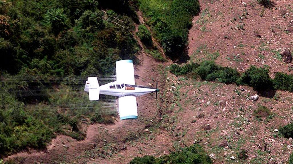 Avioneta haciendo aspersión con glifosato