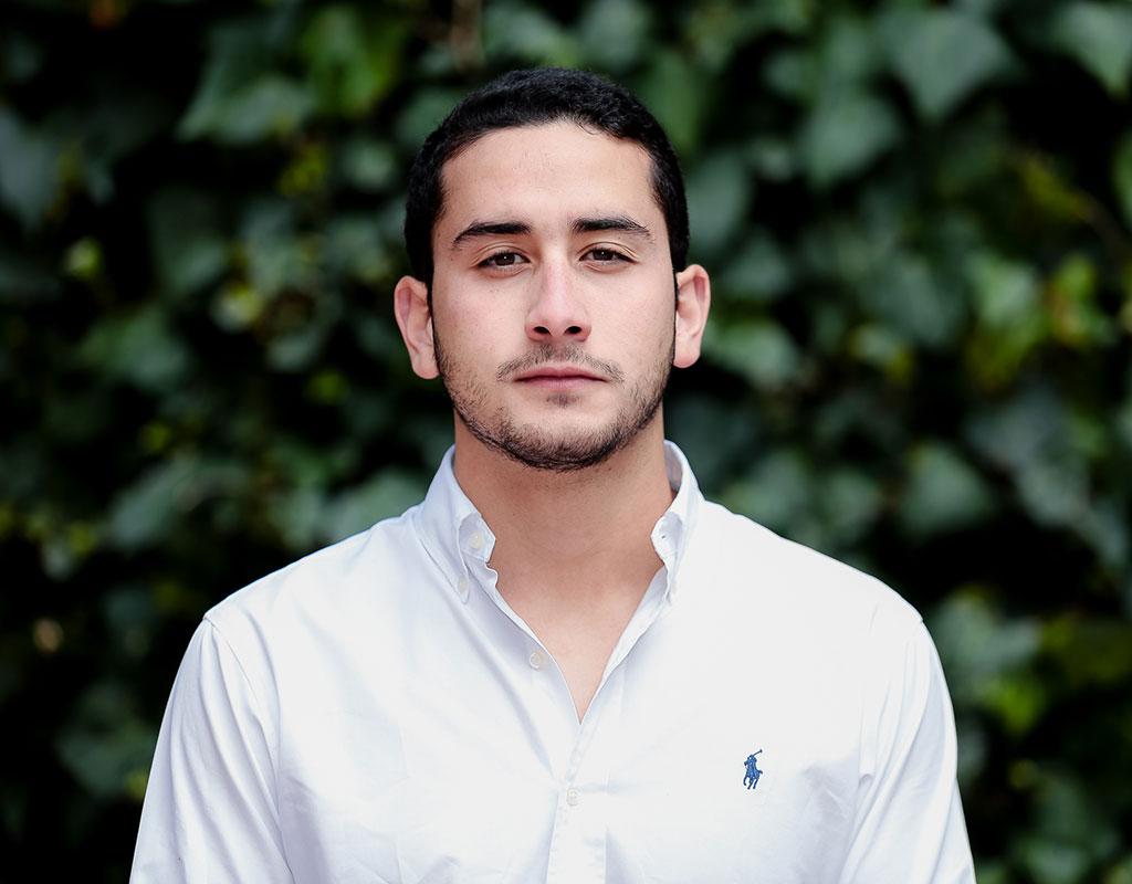 Plano medio de Juan Diego García Nieves, estudiante que recibió la distinción 'summa cum laude' en ceremonia de grados 2017-2.