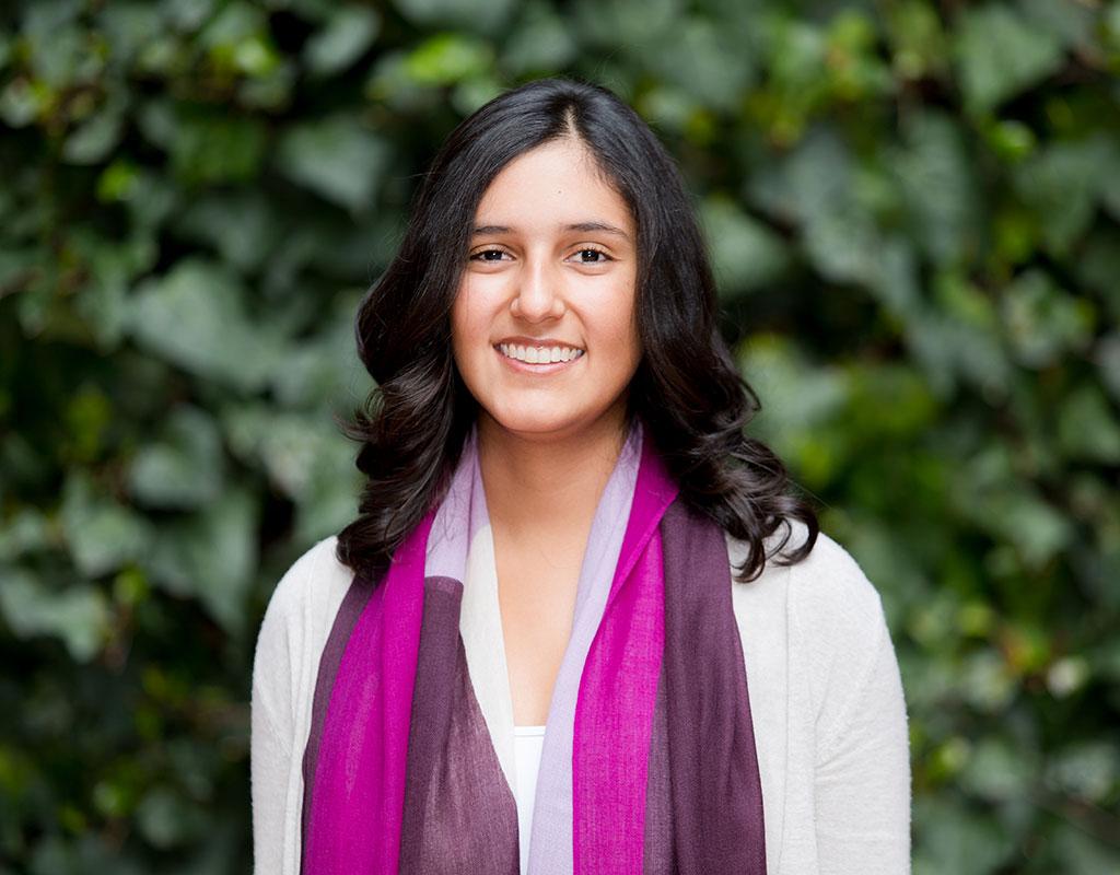 Plano medio de María Camila Ángel Flórez, estudiante que recibió la distinción 'summa cum laude' en la ceremonia de grados 2017-2.
