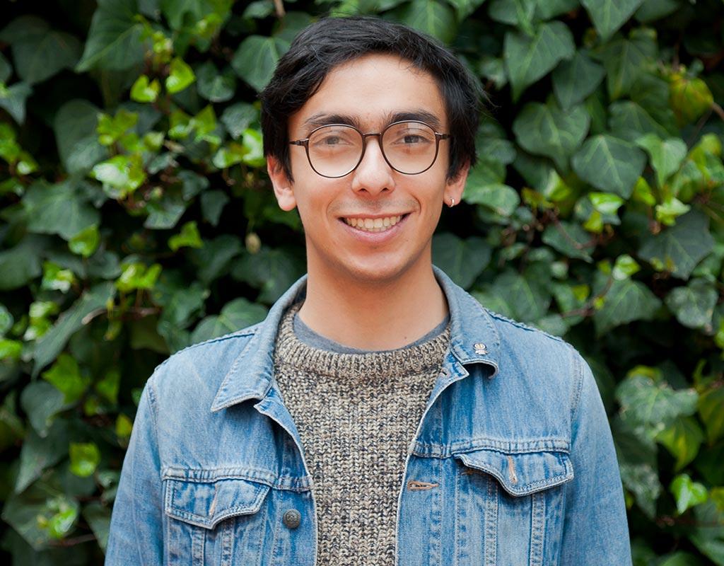 Plano medio de Santiago Eslava Bejarano, estudiante que recibió la distinción 'summa cum laude' en ceremonia de grados 2017-2.