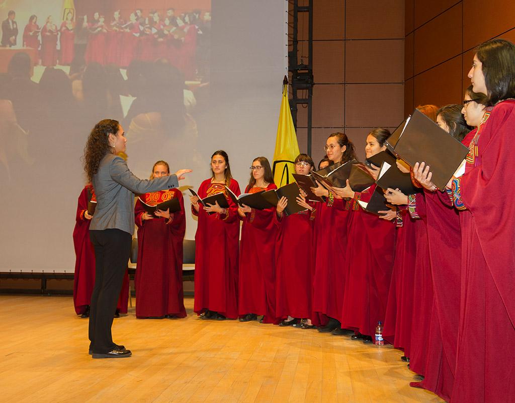 Coro Uniandes interpretando himno