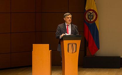 Carl Langebaek ofreciendo discurso en Uniandes