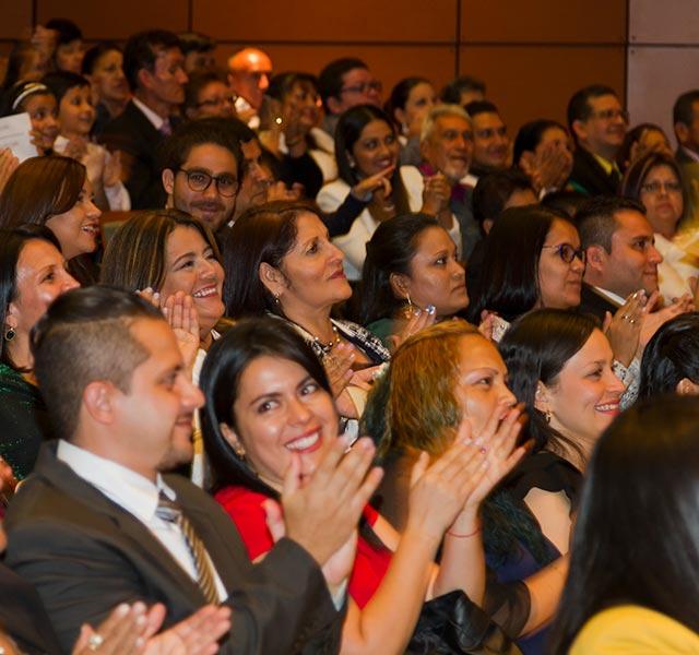 Grupo de personas aplaude durante ceremonia de gala