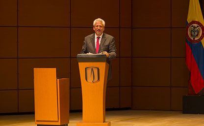 Doctor Hans-Peter Knudsen Quevedo, ofrece discurso en ceremonia de grados