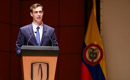 Alejandro Durán en atril durante ceremonia de grados