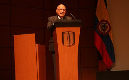 José Félix Patiño frente al atril durante la ceremonia de grados de Medicina 2017-2.