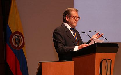 Julio Portocarrero, presidente del Consejo Superior de la Universidad, frente al atril en los grados Medicina 2017-2.